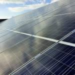 Montage zonnepanelen met verreiker en open werkkooi