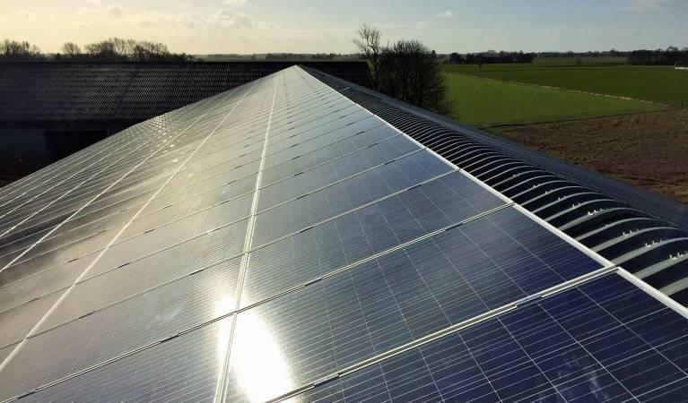 Zonnepanelen monteren met verreiker met open werkkooi